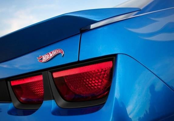 2013-chevrolet-camaro-hot-wheels-edition-rear-badge-detail-600-001