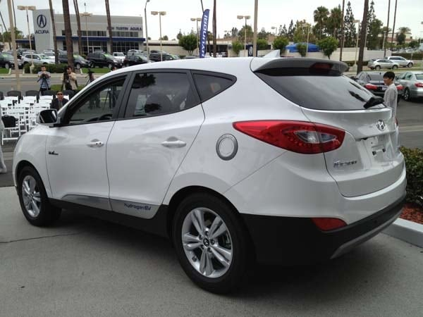 2015 Hyundai Tucson Fuel Cell enters the hydrogen highway 10