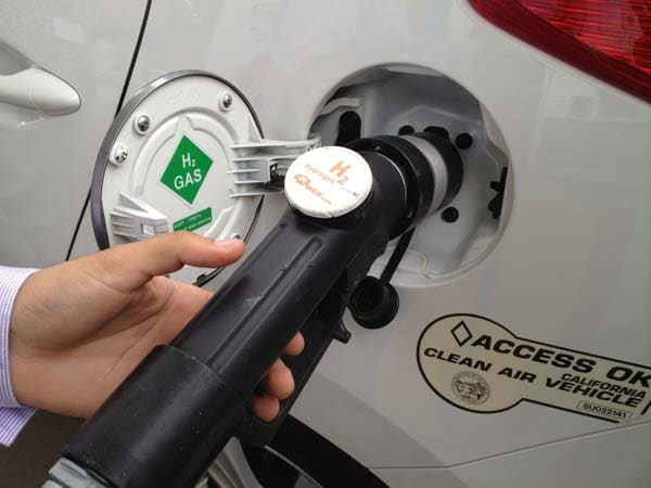 2015 Hyundai Tucson Fuel Cell enters the hydrogen highway 21