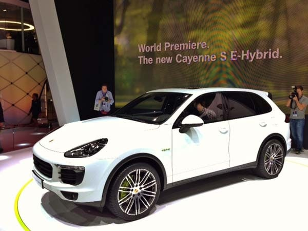 2015 Porsche Cayenne refreshed, adds plug-in hybrid