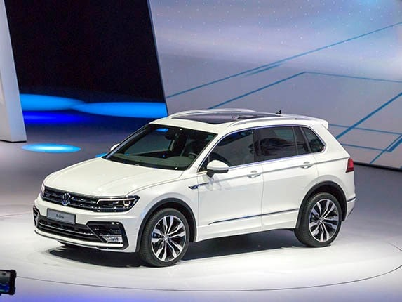 2017 volkswagen tiguan first look volkswagen 39 s compact suv has a whole new look kelley blue book. Black Bedroom Furniture Sets. Home Design Ideas