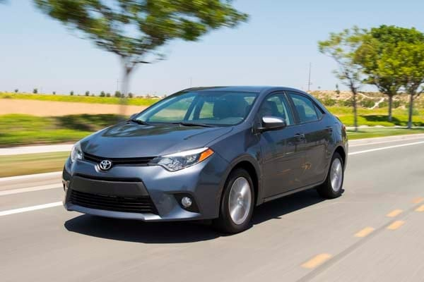 2014 toyota corolla le plus bestseller tries on a